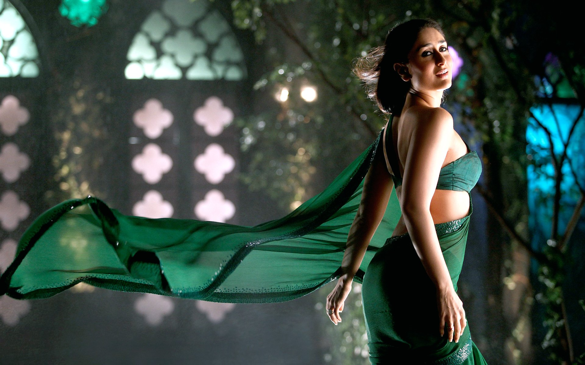 kareena kapoor in green saree wallpaper