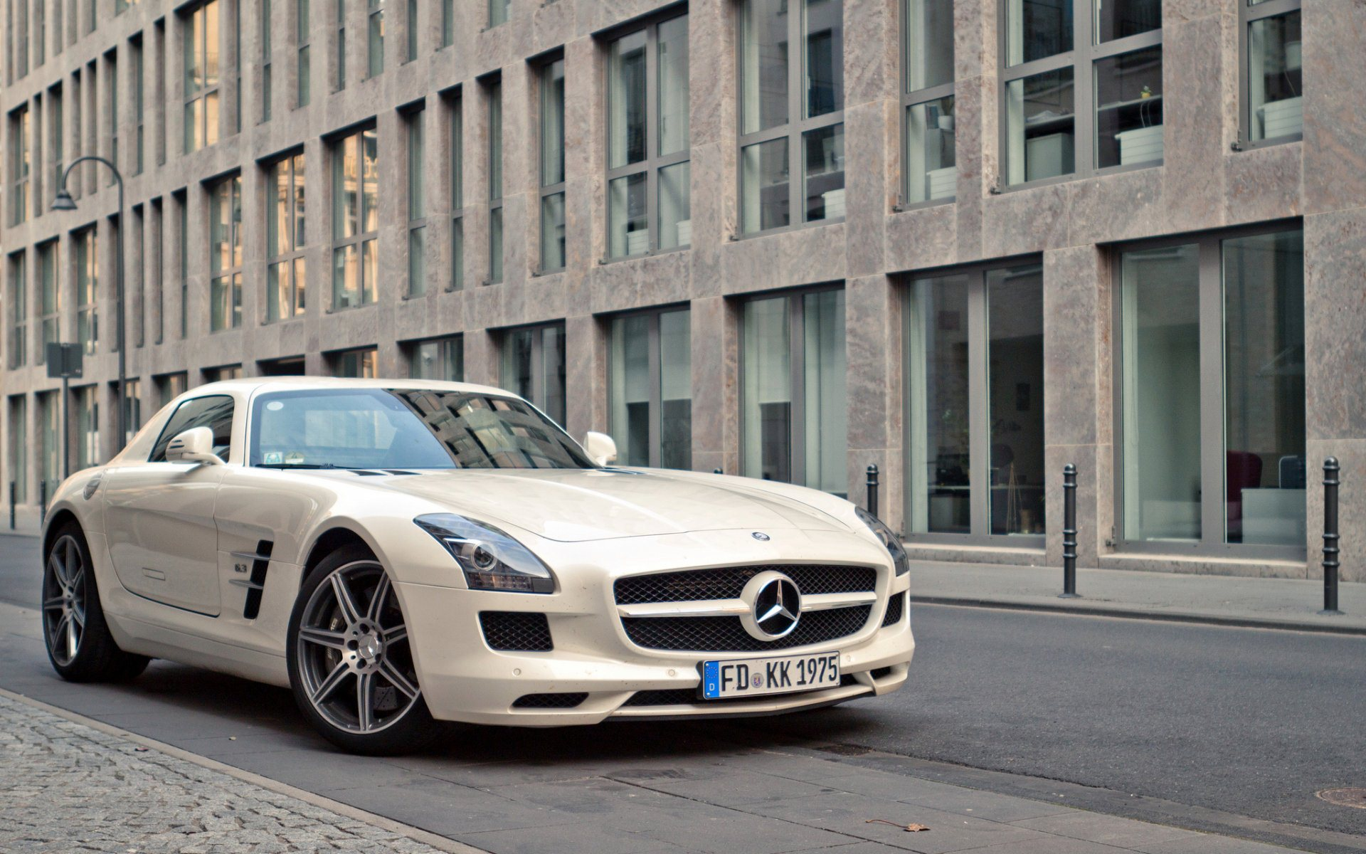 Elegant Mercedes Benz SLS AMG Wallpaper