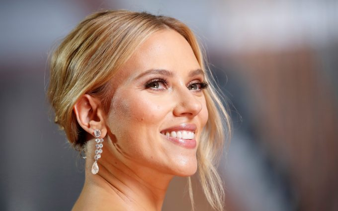 scarlett johansson smiling in 92nd annual academy awards 2020