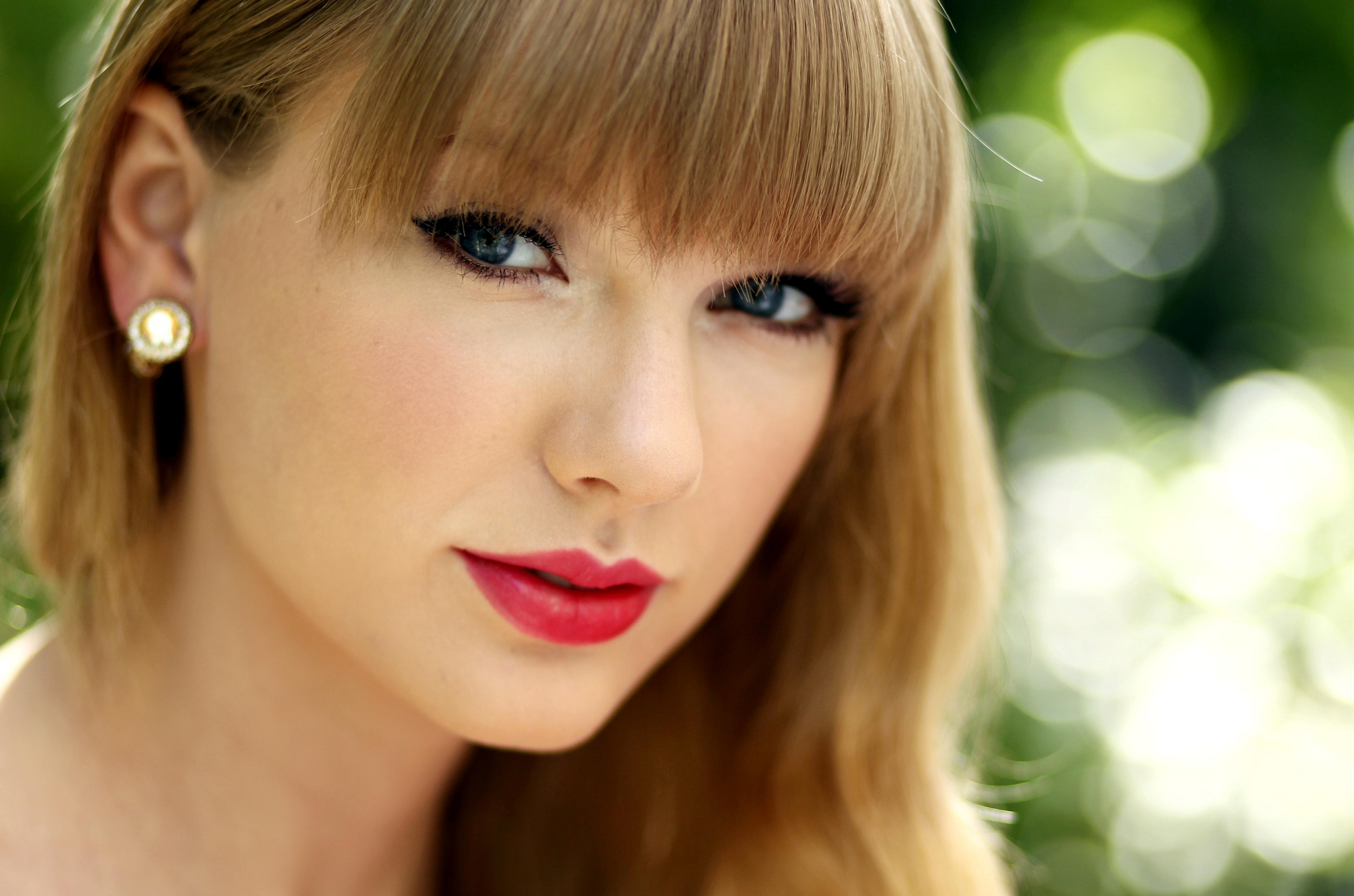 taylor swift eyes 4k wallpaper background